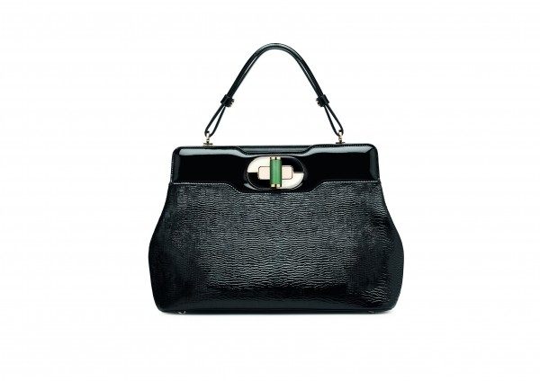 Black patent leather with plain flaps treated with a pearl effect symbolizes optimism.