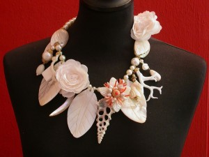 Mother of pearl, shell and flower necklace € 255.-