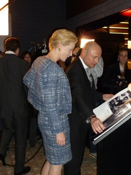 Later on, Cate Blanchett looked at the amazing photos.