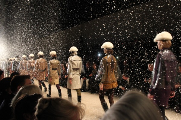 The finale of the show was divine. Snow was falling of the ceiling and the models were protected with little rain capes.