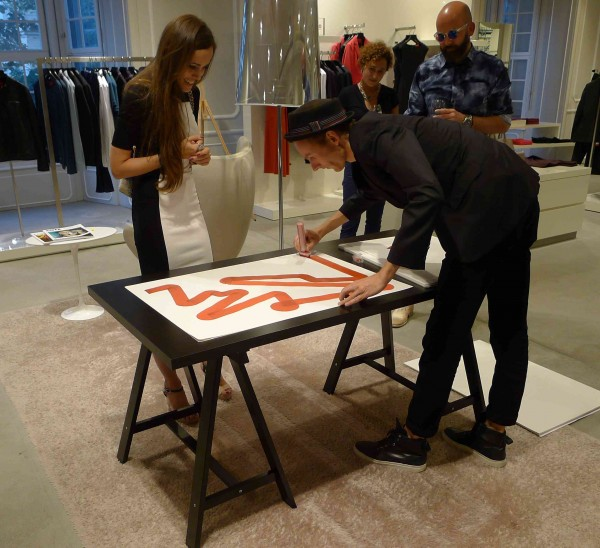 Sandra Bauknecht getting an artwork by Steffen Seeger