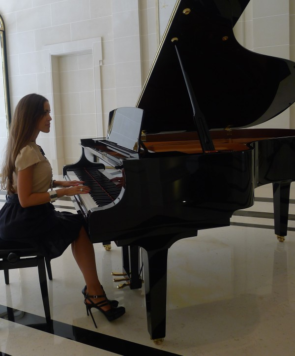 Sandra_Bauknecht_Playing_the_piano