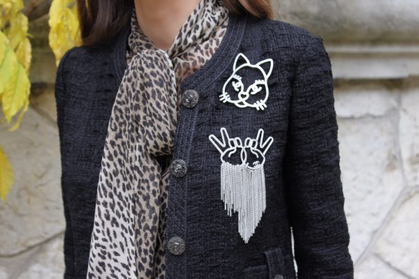 saint_laurent_blouse_leopard_chanel_brooches